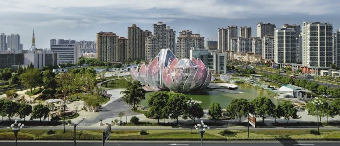 Architects Studio55 imagined in heart of Wujin to build an impressive building of Lotus exhibition centre (Lotus Flower) in the city of Changzhou in China.