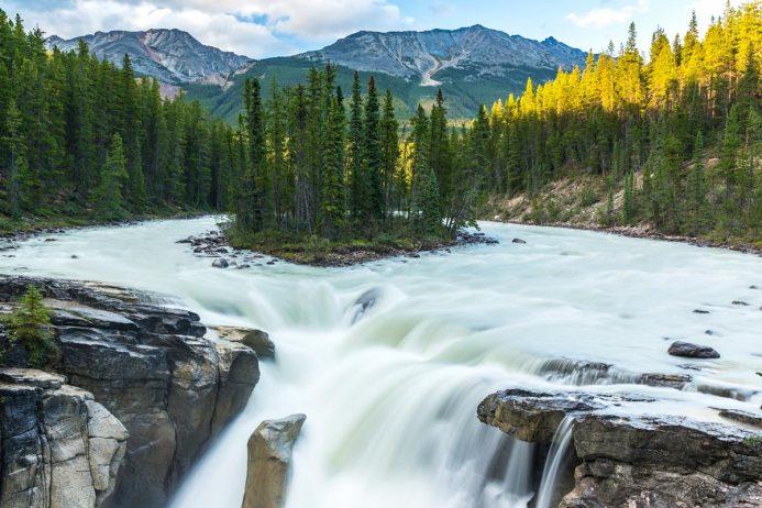 Sunwapta Falls, Alberta, Canada - Source : charismaticplanet.com