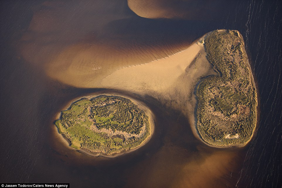 This stunning shot captures tiny islands that lie off the coast of Florida. From this angle they almost look like models