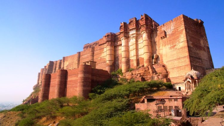 Mehrangarh Fort is one of the largest forts in India, as inside and its boundaries are numerous palaces famous for they're intricate carvings and extensive courtyards.