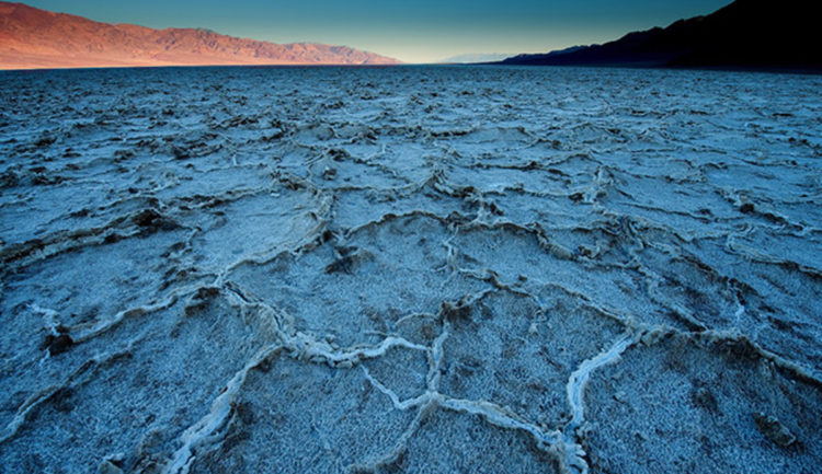 The area which close to Badwater basin, where water is not always present at the surface, repeated freeze-thaw and evaporation cycles slowly push the thin salt crust into hexagonal honeycomb shapes.