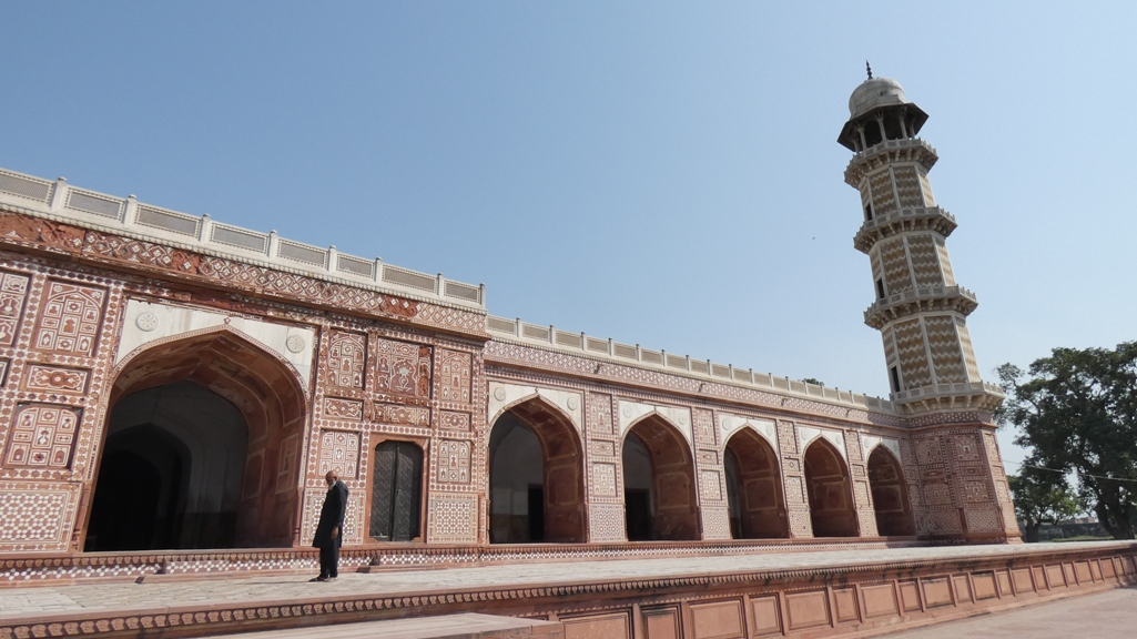 The minarets rise to a height of 100 feet and the body of the minaret rests, called by white marble cupolas.