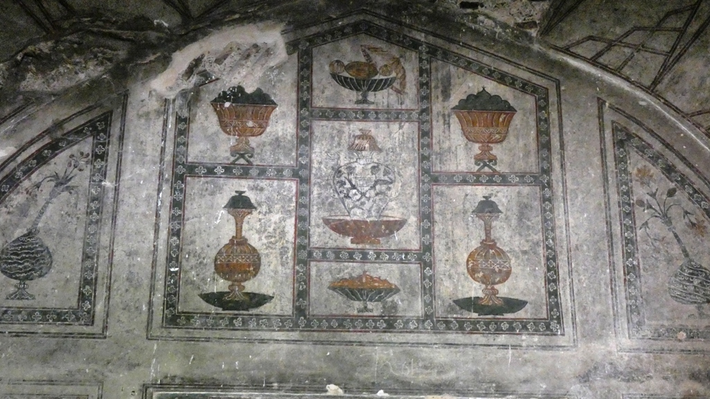 . Also, the burial chamber contains the Emperor's cenotaph. The series of vaulted compartments are richly adorned with Mughal buon fresco