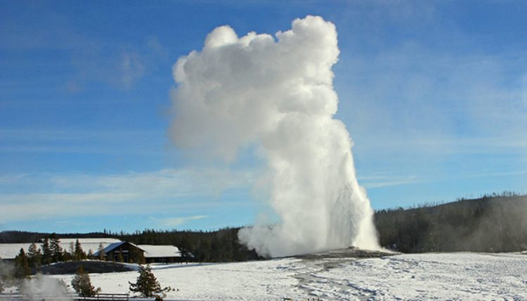 The average height of an eruption is 145 to 150 feet with intervals between 60 to 120 minutes.
