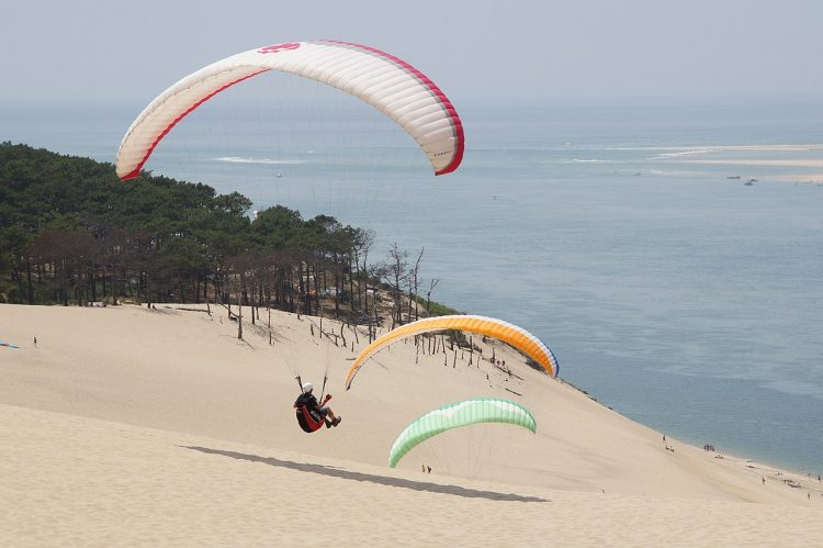Due to it's exposed location along the sea and steep angle, the Dune of Pilat is a famous paragliding spot with great soaring conditions.