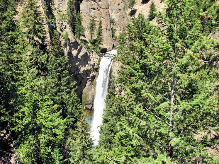 Tower Fall name comes from the rock pinnacles at the top of the fall. The breathtaking waterfall plunges a water column crashes onto the rocks at it's base.