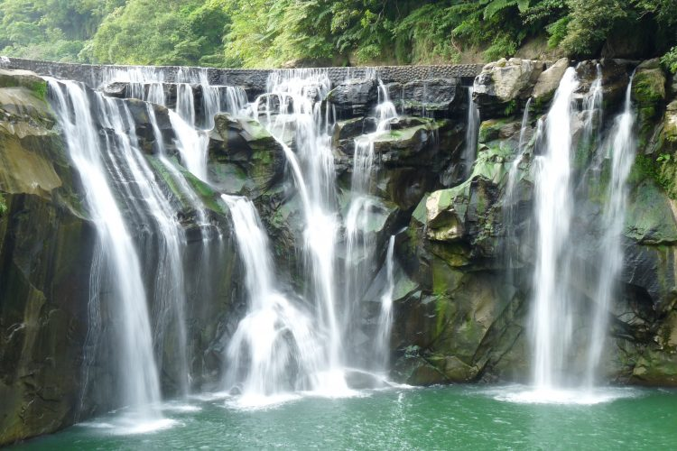 Shifen Waterfall riverbed consists of many potholes causing uneven flow of the river. Therefore, this reason creating vortexes which trap passing rocks and reasoning hem to spin and carve holes.
