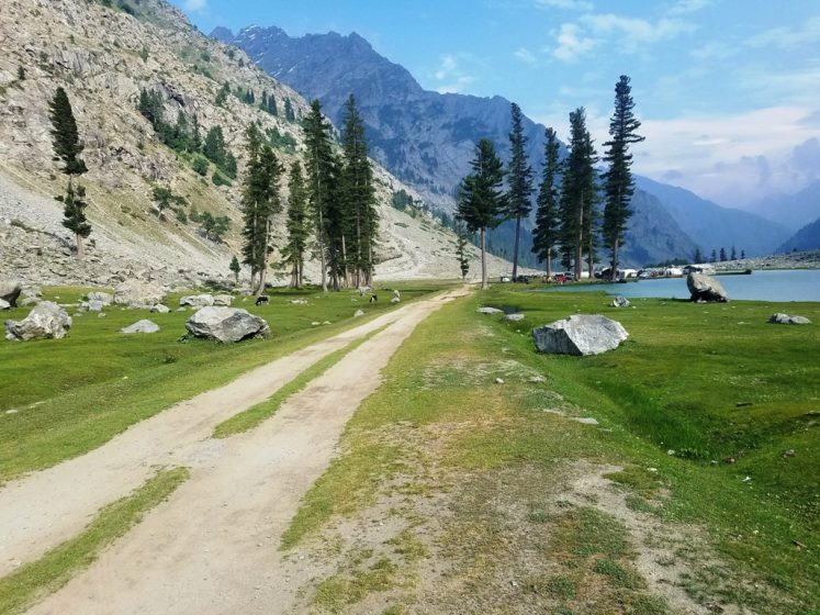 But the most difficult part is to reach there. Hence, at Kalam valley, you have to hire a jeep or fielder (Japanese Car) to find your way to the bumpy and rough road. (Photo Credit: Tauheed Ahmad Nawaz)
