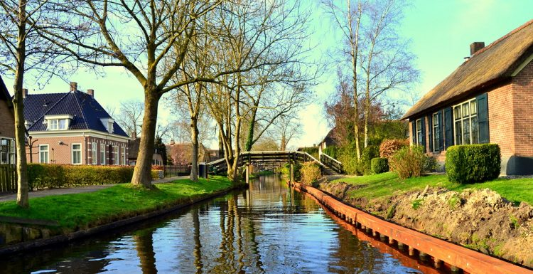 They reside in the islands connected with wooden bridges. Geithoorn is in the province of Overijssel, surrounded by an immense natural reservation entitled De Wieden, every so often included in tourist brochures.