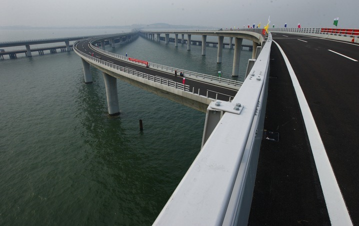 This bridge reduces the road distance between eastern port city of Qingdao and an offshore island, Huangdao by 30 km and travel time from 20 to 30 minutes.