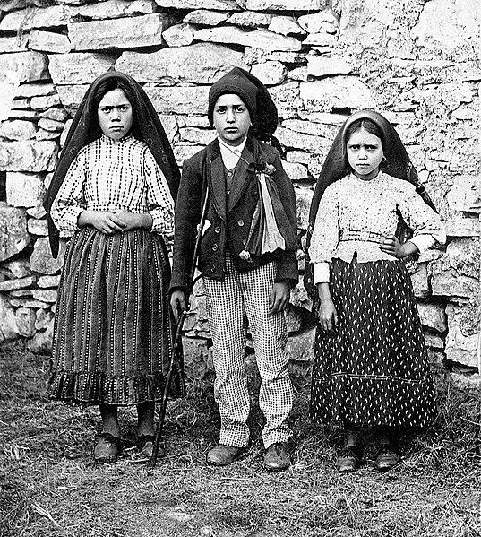 Lúcia Santos (left) with her cousins Francisco and Jacinta Marto, 1917.