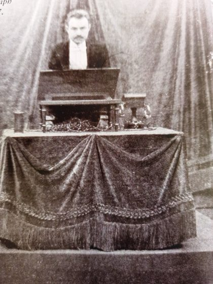 """Arthur Korn takes centre stage to demonstrate his new """"Telautograph"""" system in a photograph published in L'Illustration magazine in 1907"""